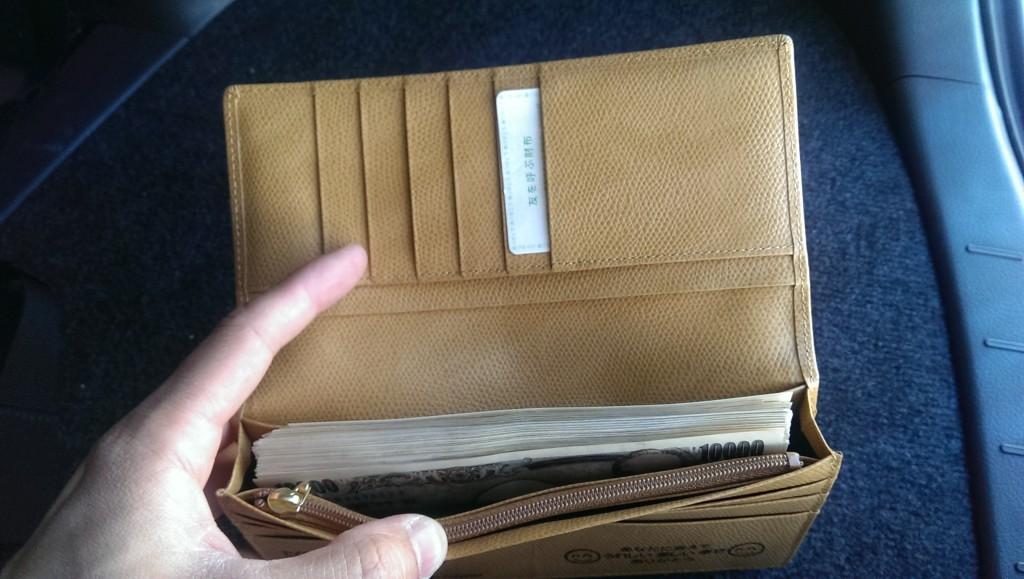 新しい財布に札束を入れる