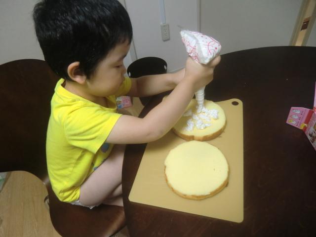 子供が作るショートケーキ