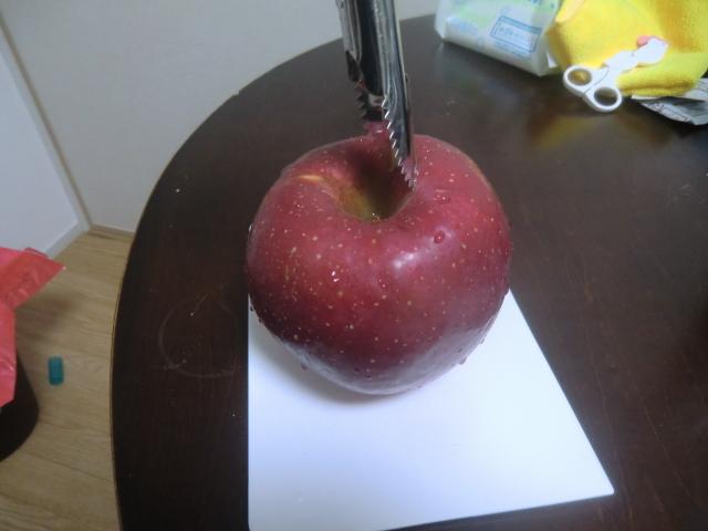 リンゴの芯抜きの瞬間