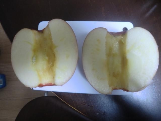 芯をくりぬいてからリンゴを縦に切った