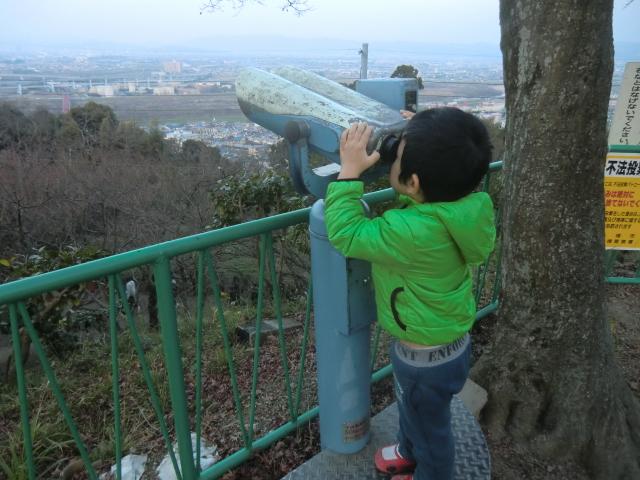 子供が望遠鏡をのぞくところ