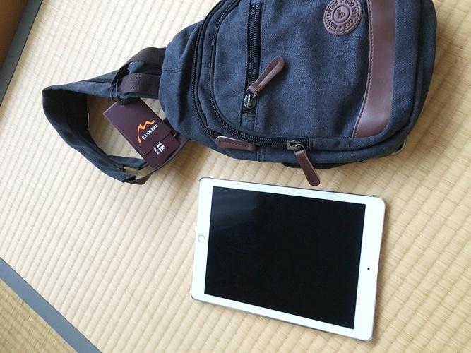 iPad Proとボディバッグを並べた画像